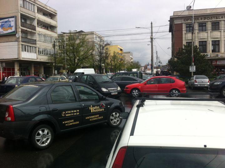 Dacă sunteți șofer și aveți drum prin centrul Ploieștiului, ocoliți zona Halelor Centrale, deoarece traficul este aproape paralizat.