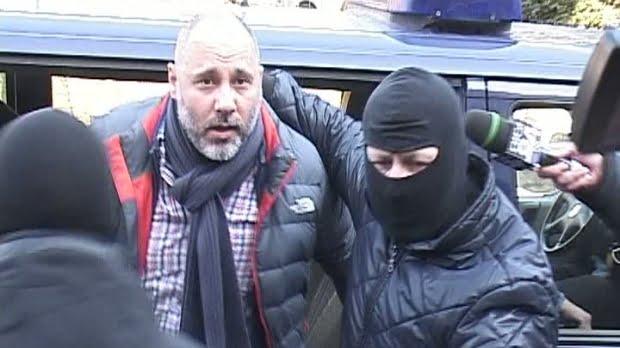 """Surse din interiorul IPJ Prahova ne-au confirmat informația că în urmă cu aproximativ trei zile, Iulian Herțanu, cumnatul premierului Victor Ponta a fost bătut și jefuit în arestul de la Câmpina de un interlop din comuna Florești, Prahova. Conform acelorași surse, conflictul ar fi fost aplanat de colegii de celulă care, cunoscându-l """"de la televizor"""", l-ar fi bătut crâncen pe agresor."""