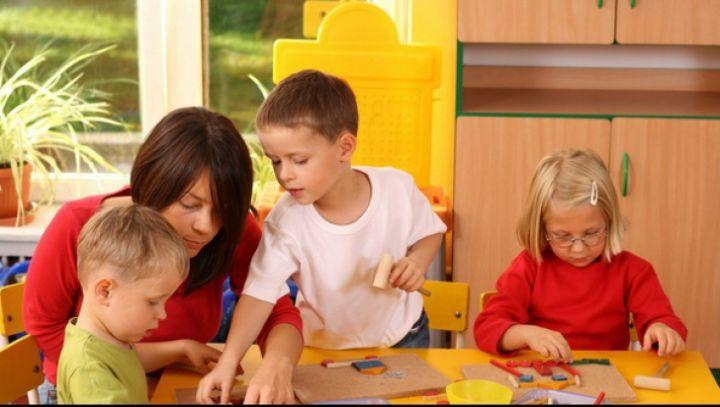 Procedurile de reînscriere în învăţământul preşcolar încep astăzi, 27 aprilie, iar cele de înscriere (pentru copiii nou veniţi) pe data de 11 mai, potrivit Ministerului Educaţiei şi Cercetării Ştiinţifice.