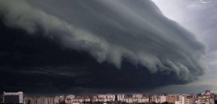 Un fotograf timişorean a surprins imagini spectaculoase cu furtuna care s-a abătut duminică seara asupra oraşului.