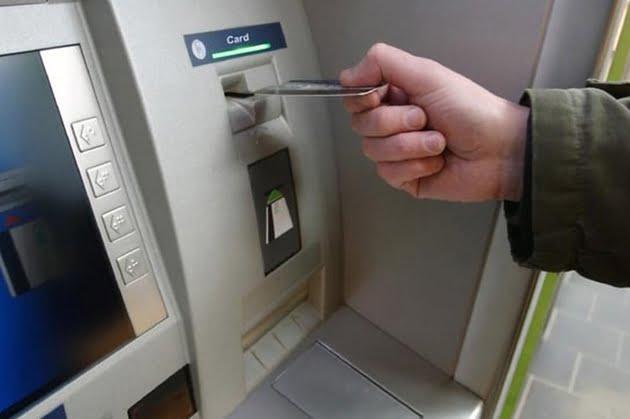 Comisioanele continuă să fie o sursă de câştiguri pentru bănci. Activitatea anemică de creditare din ultimii ani i-a împins pe bancheri spre comisionarea chiar şi a simplei afişări a soldului la bancomat.