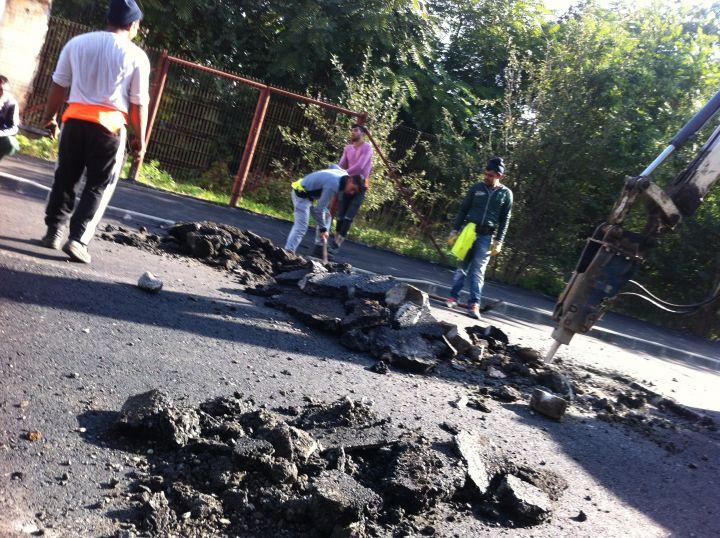 În urma cu trei săptămâni observatorulph.ro a publicat un articol în care a prezentat cum stradă Romană a fost ciuruită imediat după asfaltare.