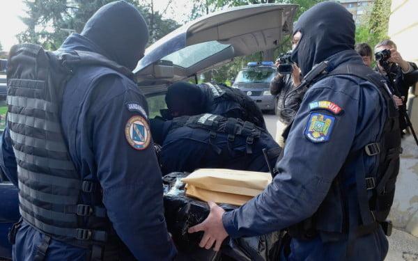 Marți procurori din cadrul Parchetului de pe lângă Curtea de Apel Ploieşti, împreună cu poliţişti din cadrul Inspectoratului Judeţean de Poliţie Prahova – Serviciul de Investigare a Criminalităţii Economice, au efectuat cinci percheziţii la sediile unor societăţi comerciale şi la locuinţele unor persoane bănuite de comiterea unor infracţiuni de natură economică.