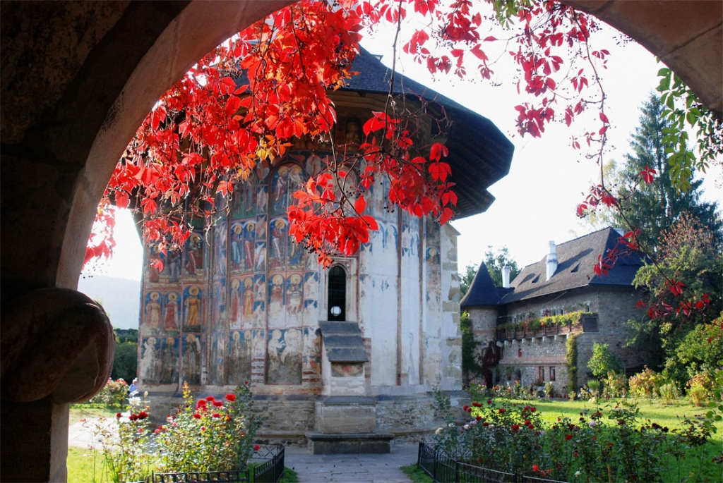 intrare-la-manastirea-moldovita.jpg