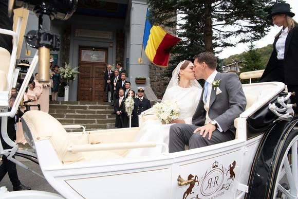 nunta-principele-nicolae-si-alina-binder-soti-pleaca-de-la-biserica-sfantul-ilie-sinaia-in-caleasca-miri-proaspeti-casatoriti.jpg