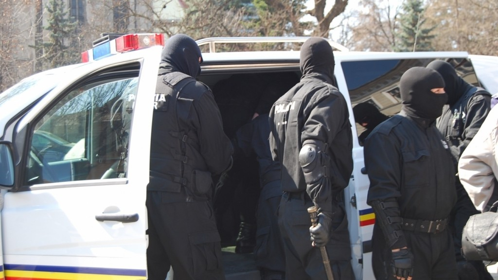 bn-un-barbat-arestat-pentru-29-de-zile-pentru-inselaciune-politistii-au-efectuat-4-perchezitii-domiciliare1369227069-73706400_28448800_6fe0e.jpg