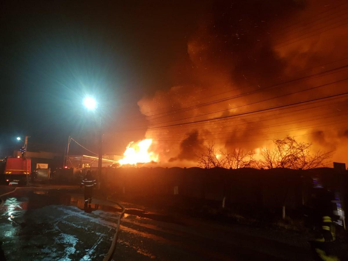 incendiu-fabrica-urlati-saltele-pompieri_331e5.jpg