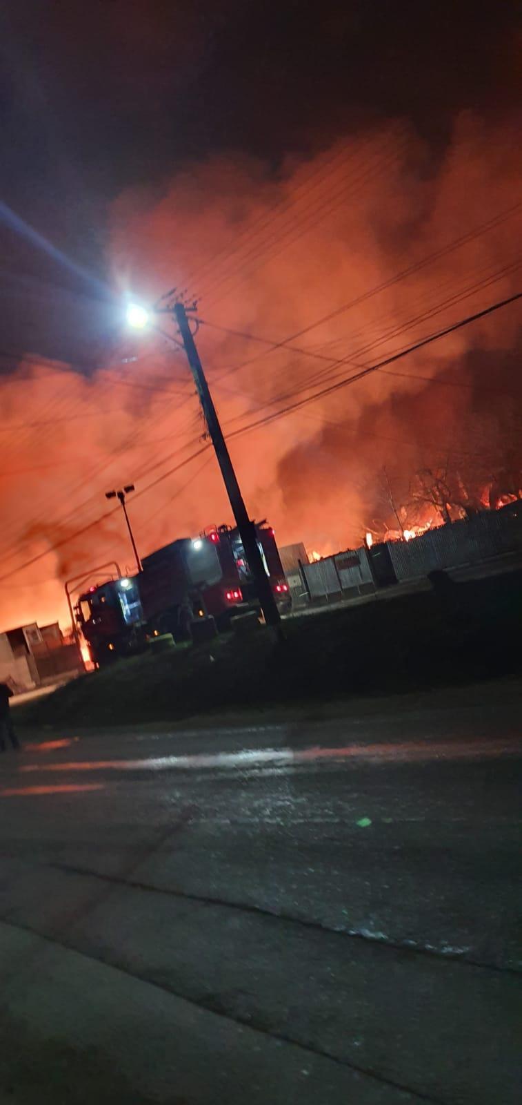 incendiu-urlati-fabrica-saltele-interventie-isu-prahova_8076d.jpg