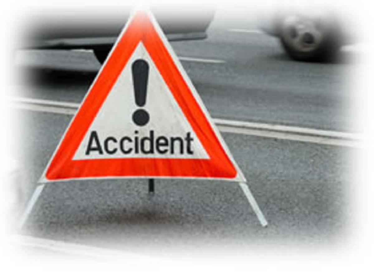 Trafic rutier blocat pe DN1, în Comarnic, de o mașină răsturnată și un stâlp de electricitate căzut în urma unui accident rutier