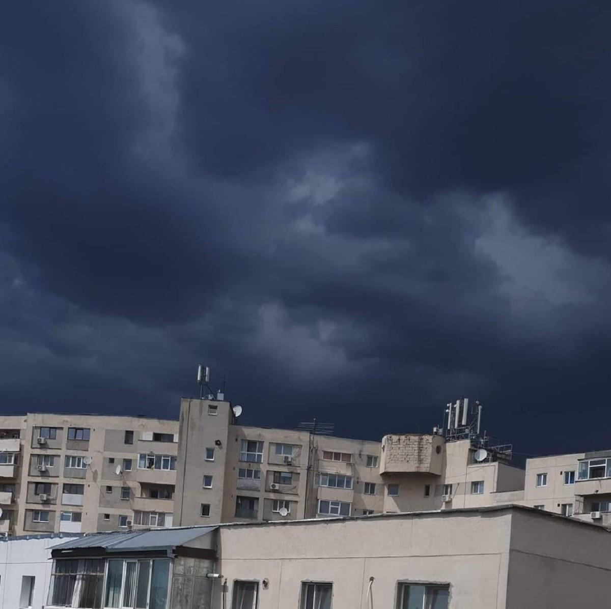 Codul portocaliu a întunecat cerul în Prahova și a coborât temperatura cu 10 grade în doar câteva minute. Imagini surprinse de cititorii Observatorulph