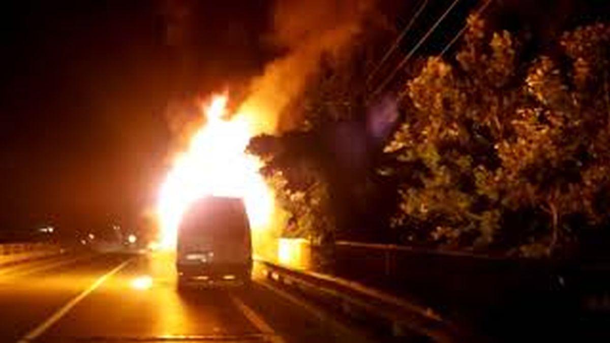 O mașină a ars ca o torță pe DN 1, la Pucheni. VIDEO