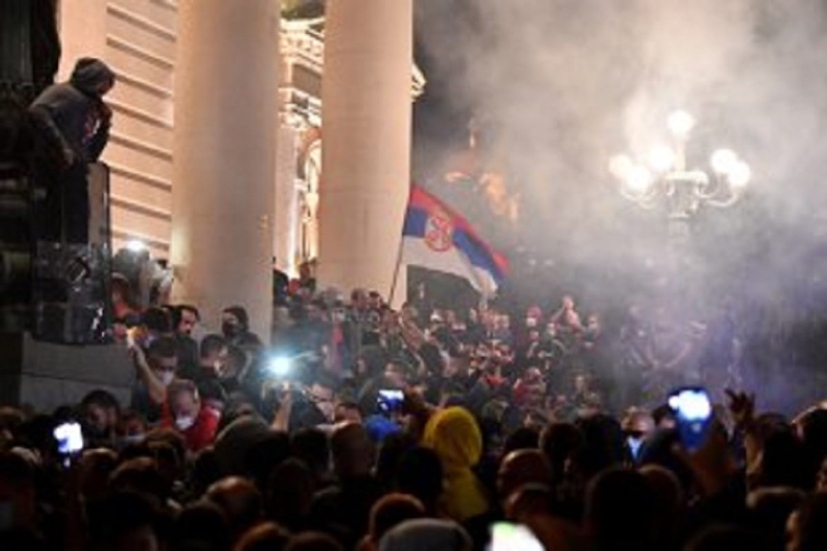 Sârbii au ieșit în stradă și protestează violent, după ce președintele a reinstaurat starea de urgență