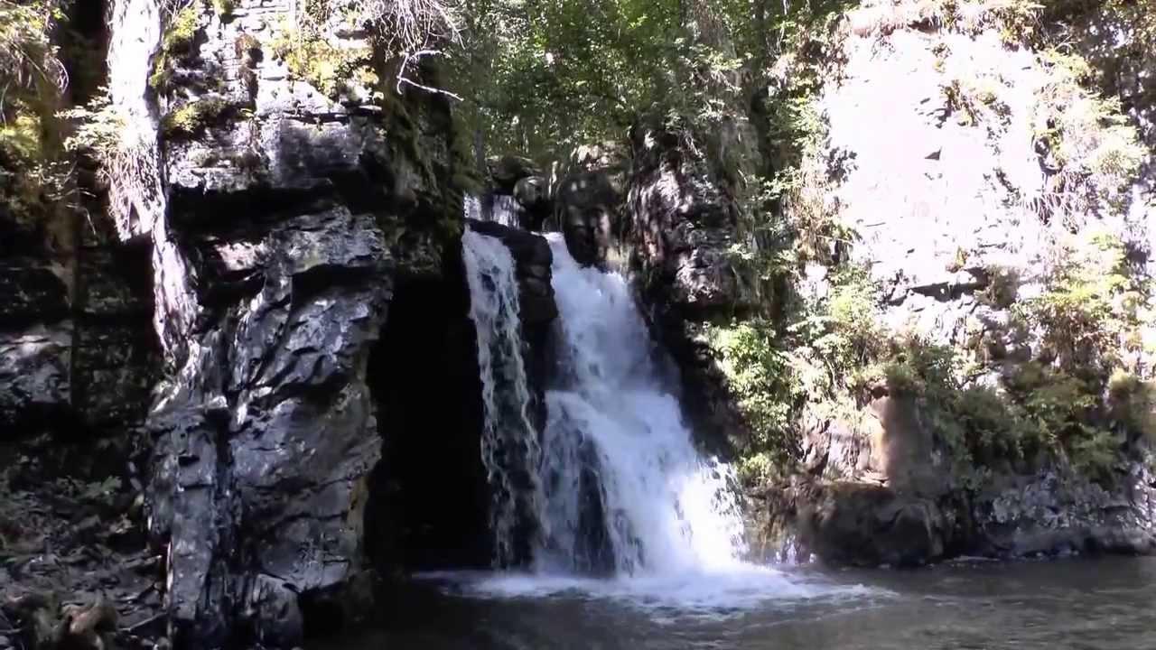 De ce atrage turiști o cascadă mai puțin cunoscută de la limita județelor Buzău și Prahova