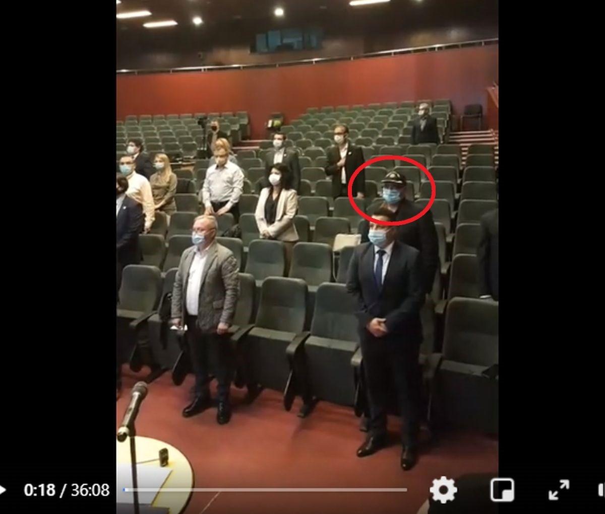 VIDEO: Consilierul județean PNL, Sorin Teju, a stat cu șapca pe cap la intonarea imnului
