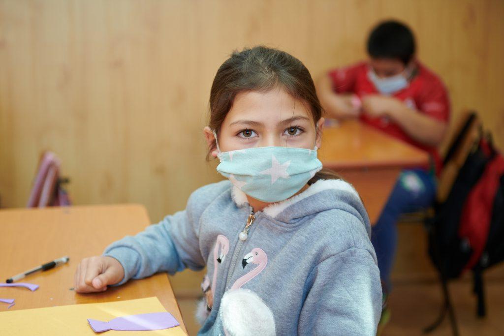 Peste 3.500 de copii din Prahova cresc fără părinții plecați la muncă în străinătate