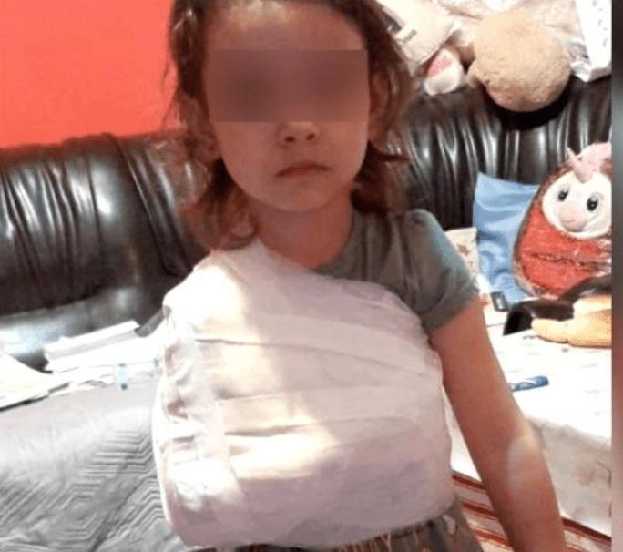 Un medic de la spitalul din Corabia e acuzat că a bandajat mâna unei fetițe cu tot cu tricou