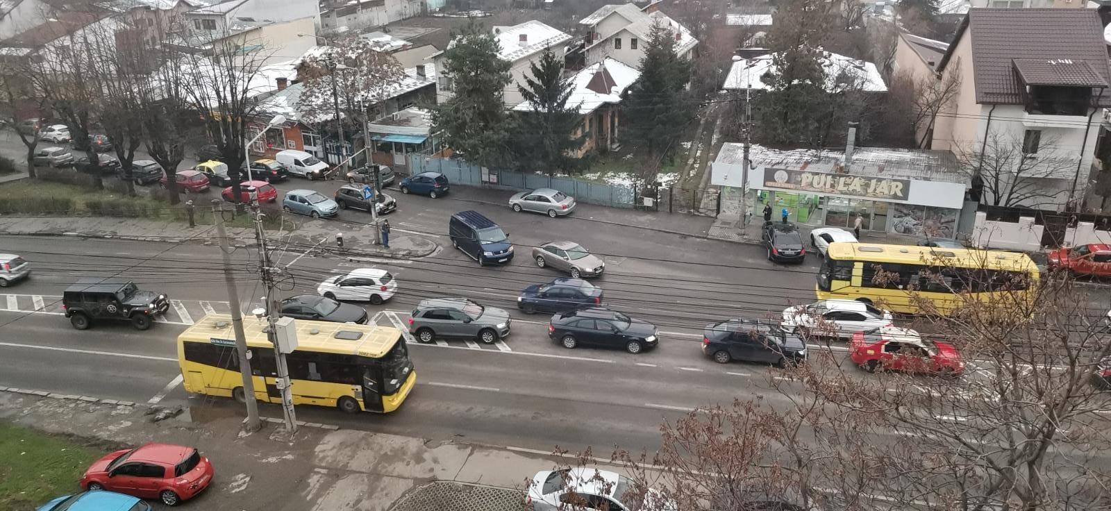 """VIDEO: Intersecția din Ploiești unde funcționează """"legea junglei"""". """"N-am văzut niciodată un polițist în zonă să-i sancționeze pe tupeiști!"""""""