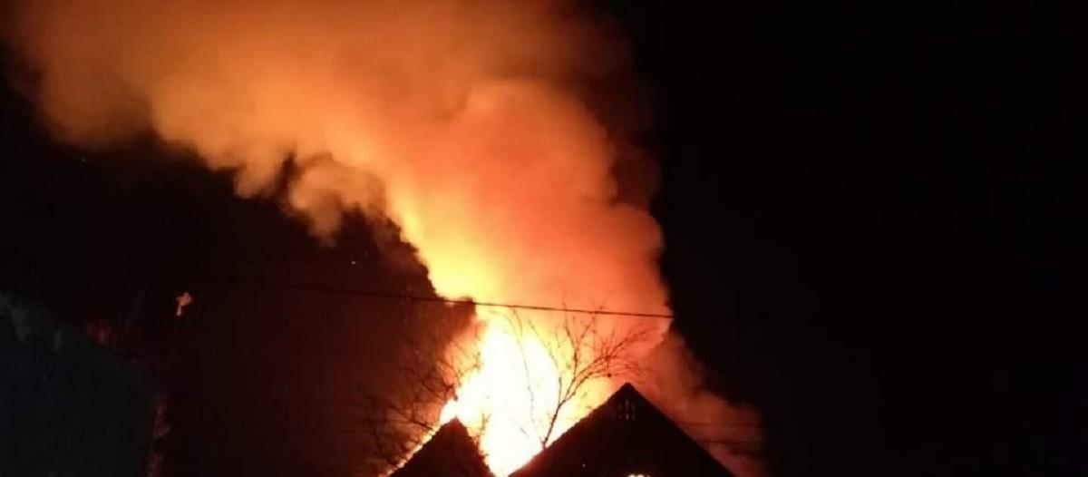 Incendiu violent în Ploiești. Două case și o anexă au fost cuprinse de flăcări