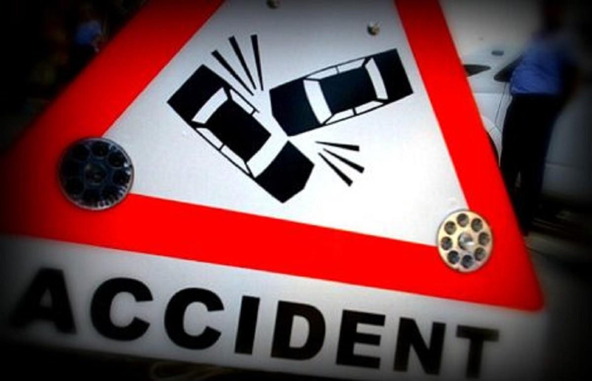 Accident în Câmpina. O mașină a intrat într-un stâlp