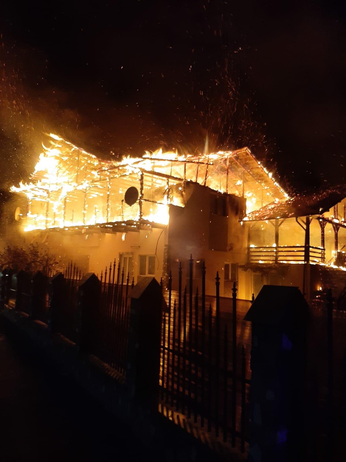 Incendiu violent în comuna Sângeru. O casă a luat foc – FOTO