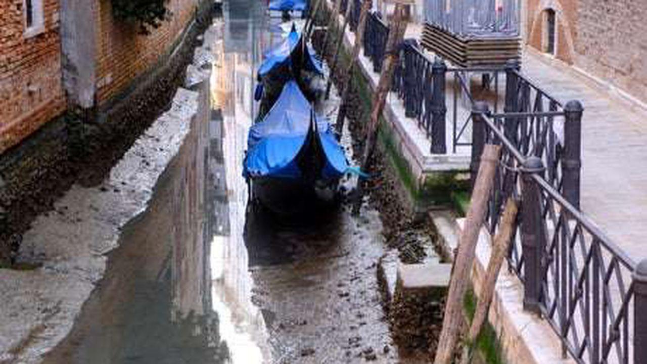 Au secat canelele din Veneția. Imagini cu gondolele blocate în noroi – VIDEO