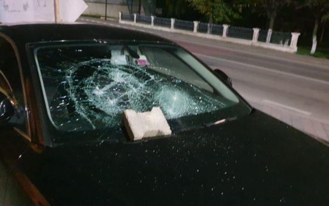 Câți bani a primit o polițistă din Suceava a cărei mașină a fost distrusă o tânără pe care o amendase