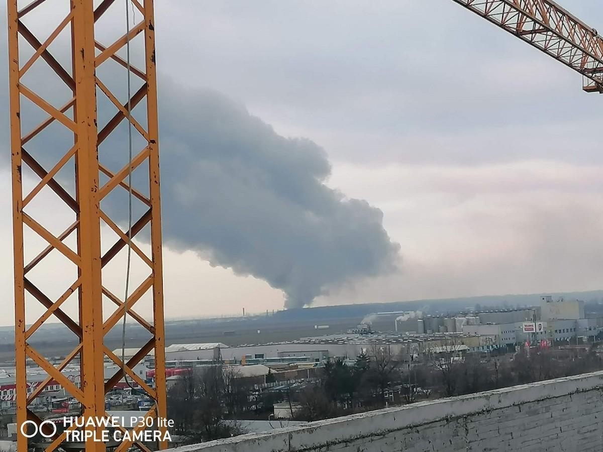 Incendiu violent la un cort de evenimente din Târgșoru Vechi – FOTO