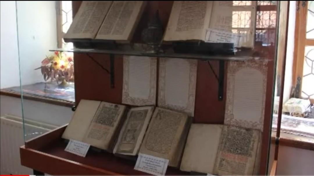 """""""Modesta"""" școală din Șcheii Brașovului, prima din istoria neamului nostru, adevărat tezaur de carte veche"""