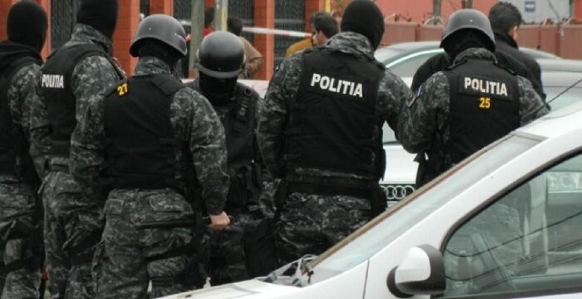 Percheziții la Oravița. Sunt vizate persoane bănuite de eliberarea și de folosirea de teste Covid-19 falsificate