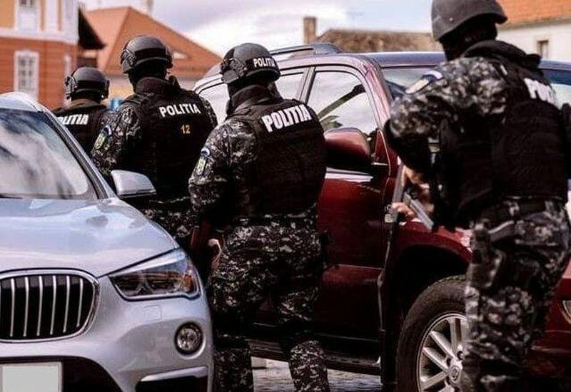 Percheziții în Ploiești la o bandă de hoți din autoturisme. Cum acționau