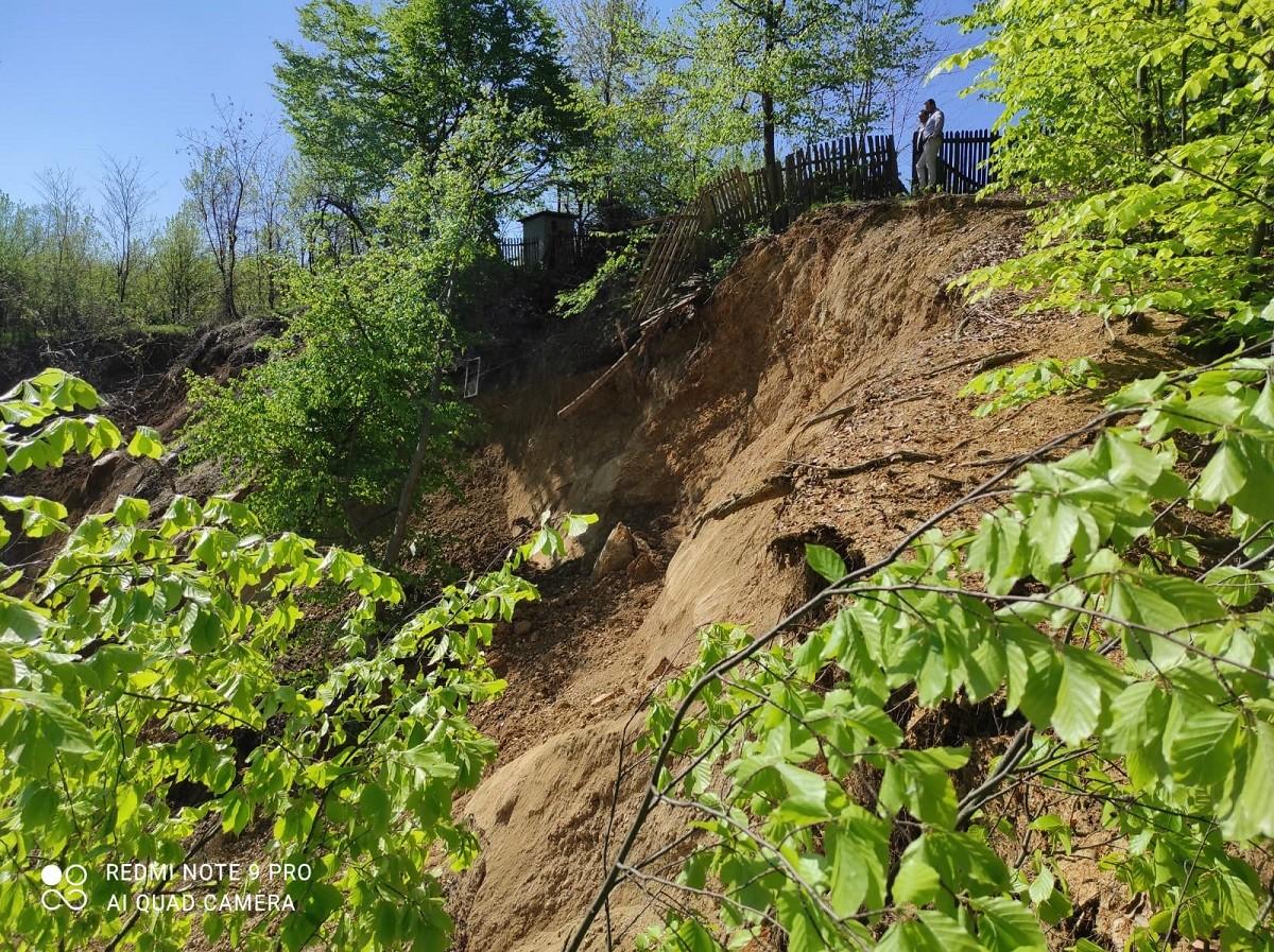 Alunecare de teren de proporții la Vărbilău. 12 persoane și-au părăsit, preventiv, casele, iar zona afectată este de aproximativ 15 hectare