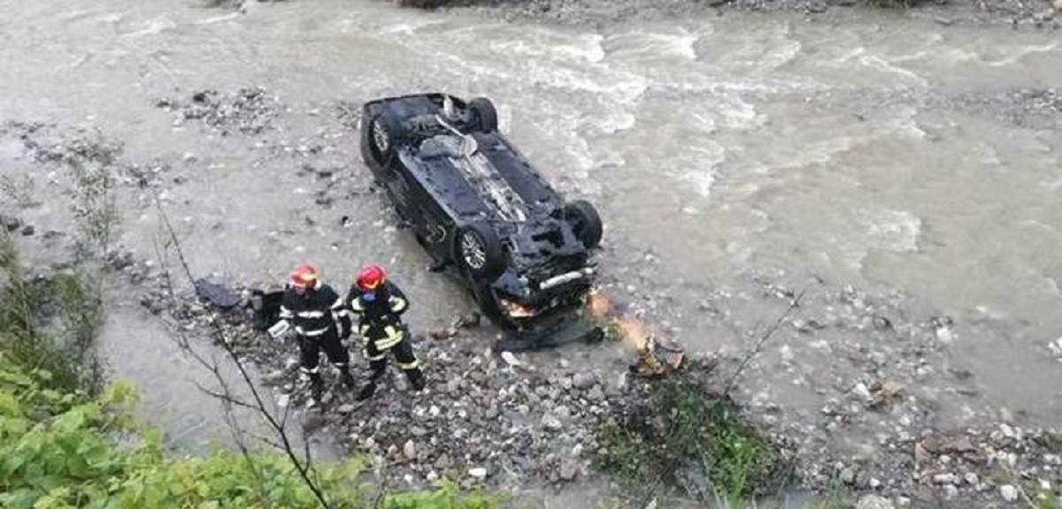 Cascadorie în weekend în Prahova. Un șofer a plonjat 30 de metri, ajungând în albia pârâului Câmpinița