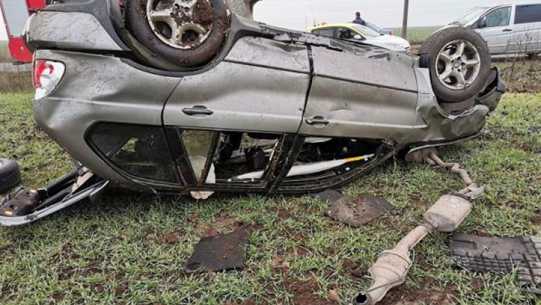 Accident pe DN 72, la Stoenești. Un autoturism s-a răsturnat