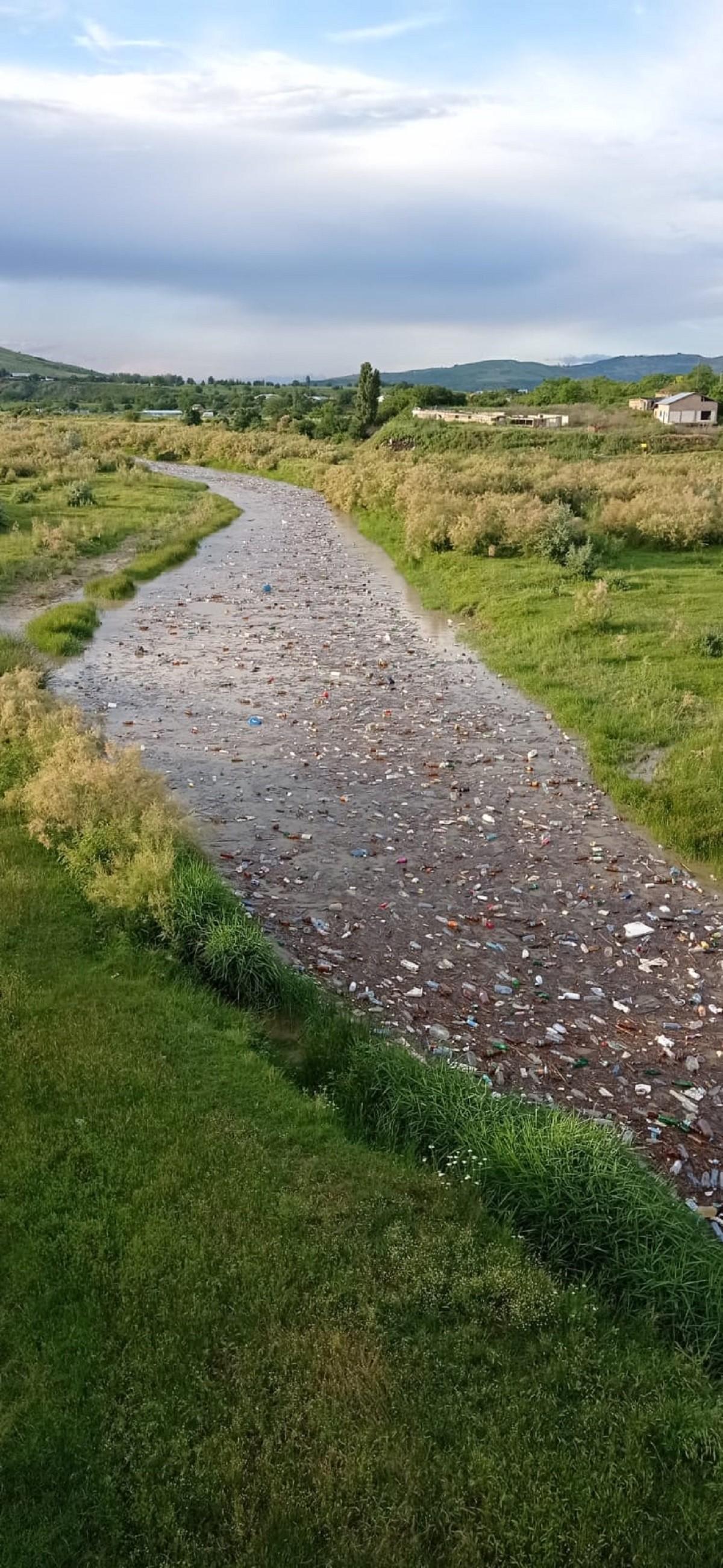 Imaginea dezastrului ecologic. Mii de PET-uri în apele râului Cricovul Sărat, la intrarea spre Albești-Paleologu – VIDEO, FOTO 1