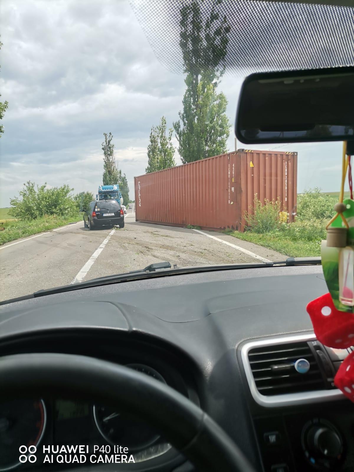 Trafic îngreunat pe DN1D, la ieșire din Prahova spre Ialomița, în comuna Adâncata. Un container s-a răsturnat pe carosabil