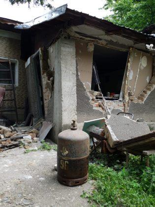 Urmarea exploziei de la Șirna. Un tânăr a fost rănit, o anexă a fost distrusă-FOTO 1