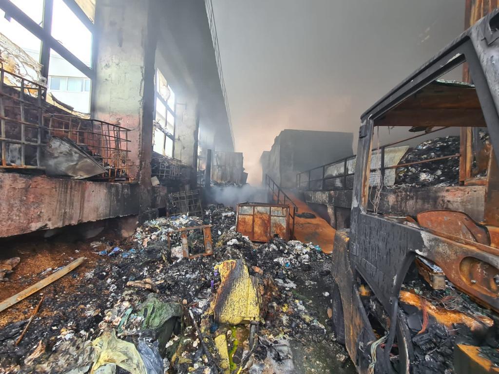 Cum arată zona unde a izbucnit, miercuri, incendiul de la Ecoburn. Pompierii vor inunda locul cu 300 de tone de apă – FOTO
