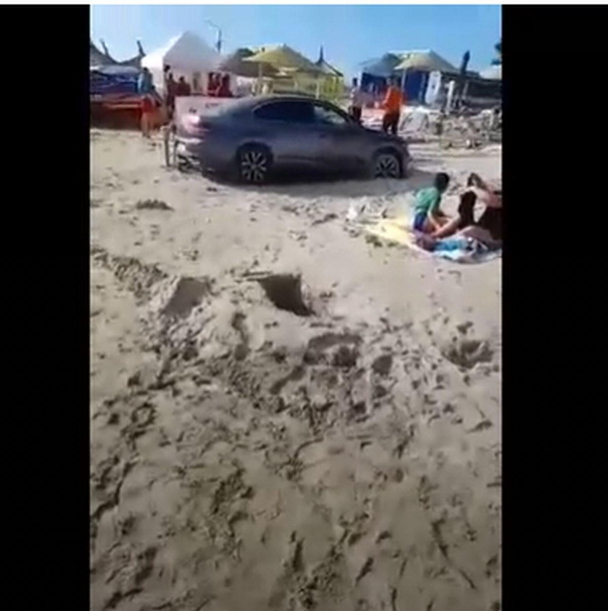 """""""Boul"""" zilei: Un șofer și-a parcat mașina pe plaja din Saturn, printre șezlonguri, la câțiva metri de apa mării – VIDEO"""