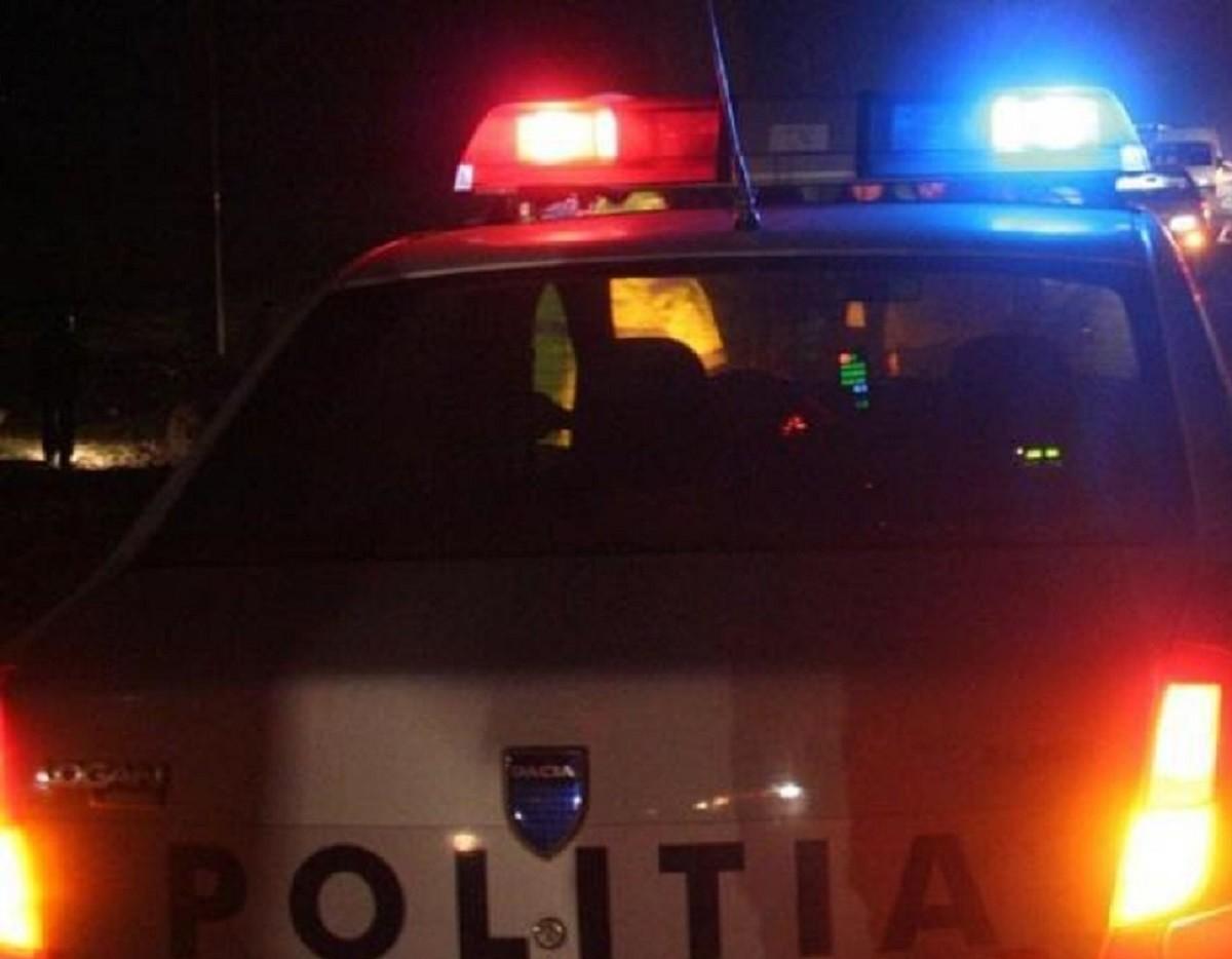 Un șofer a intrat cu mașina, vineri noapte, într-un semafor din Câmpina. Bărbatul era beat, iar acum are dosar penal