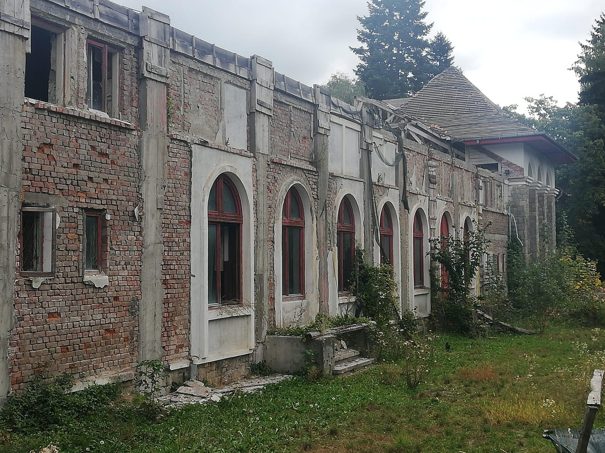 Centrul Cultural din Breaza, o paragină. Lucrările de reabilitare, sistate din cauza unui accident de muncă, soldat cu un mort și un rănit