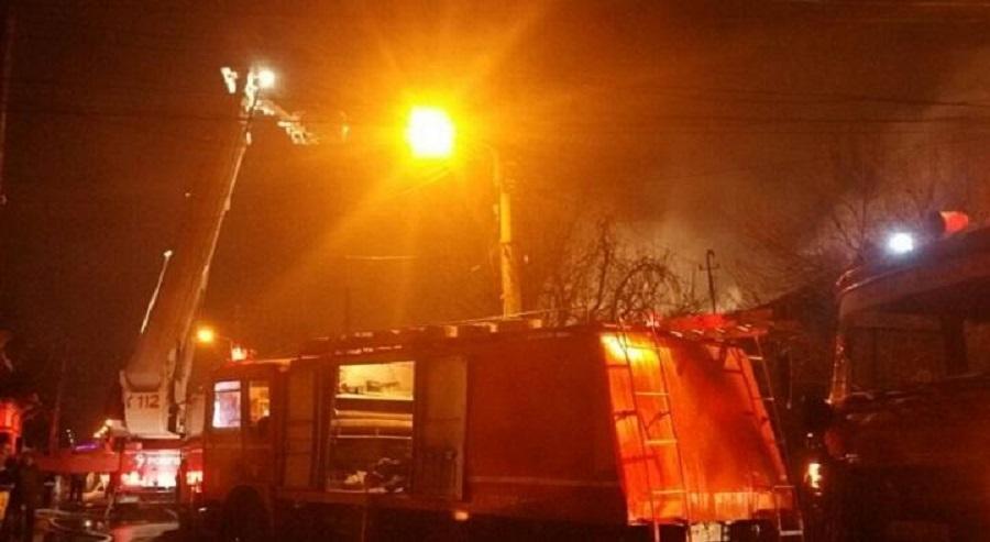 Magazie cuprinsă de flăcări la Mizil. O persoană a fost evacuată